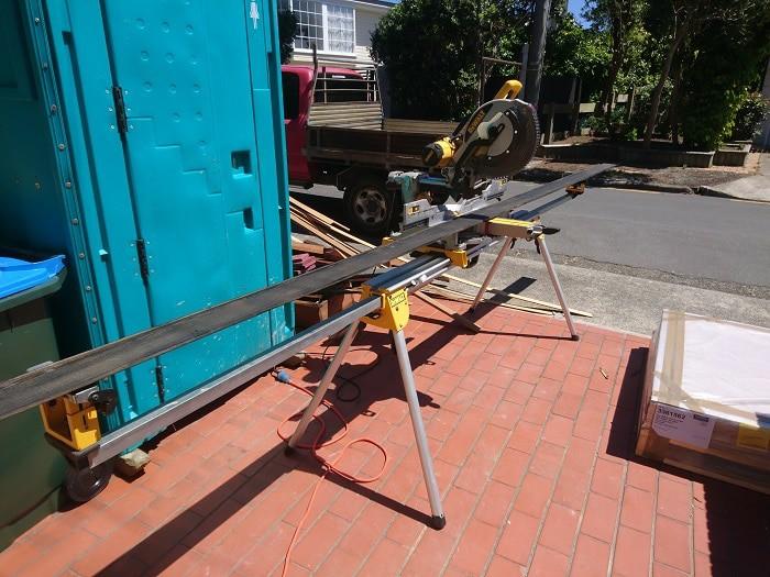 Sierra ingletadora Dewalt con soporte plegable para cortar tablas meteorológicas