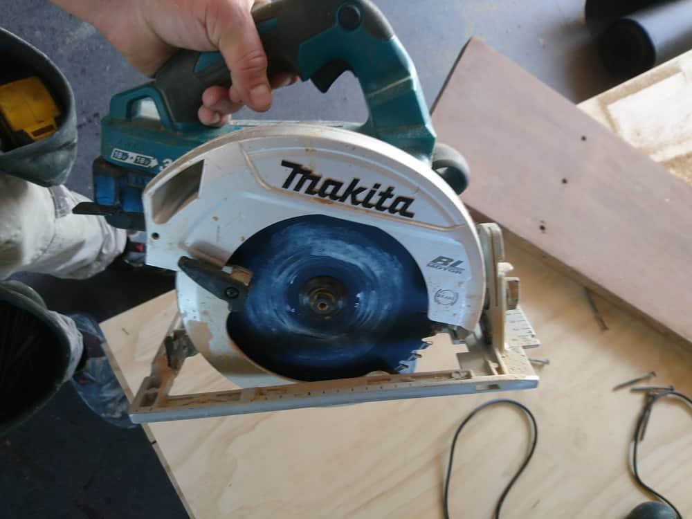 Aaron usando una sierra circular inalámbrica Makita