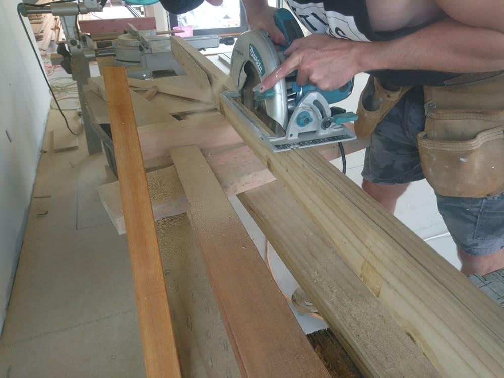 Builder using Makita circular saw