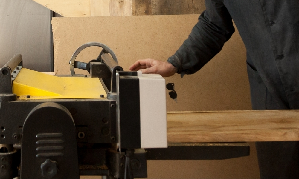 A thickness planer 1