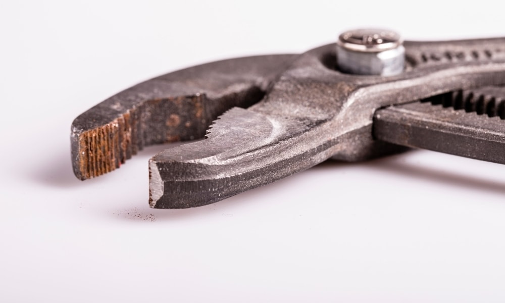 A tongue and groove plier with wide jaw