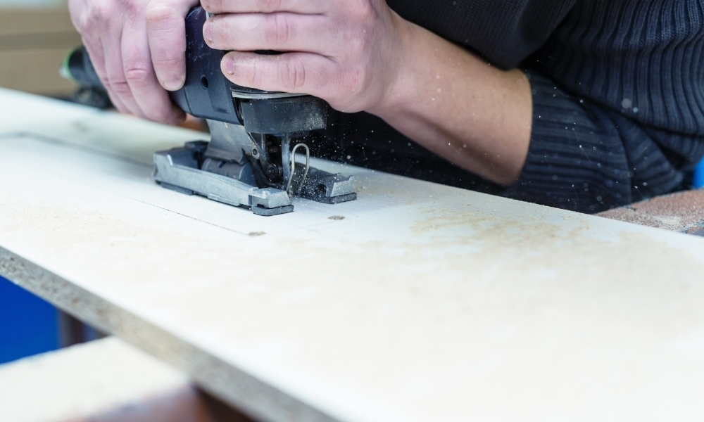Cutting from the middle of the wood with jigsaw
