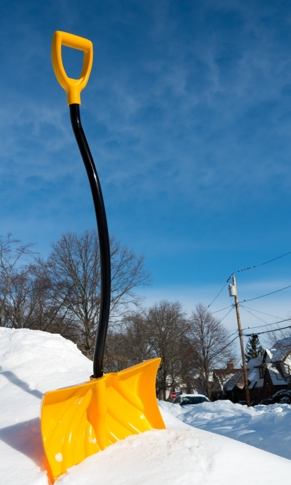 Ergonomic shovel pierced above snow 1