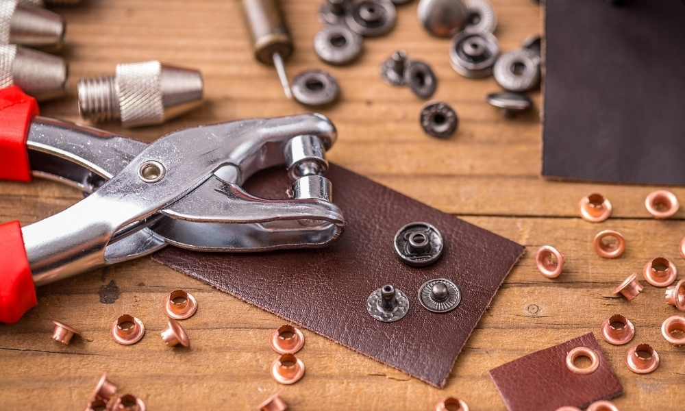 Eyelet pliers used on clothing button lockers