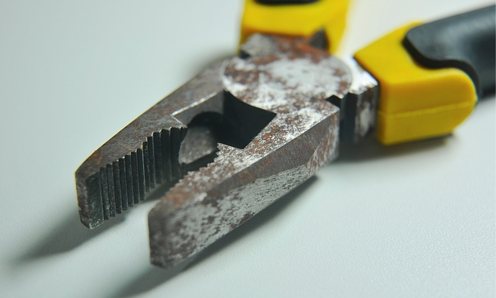 Tips of a flat nose plier already rusting