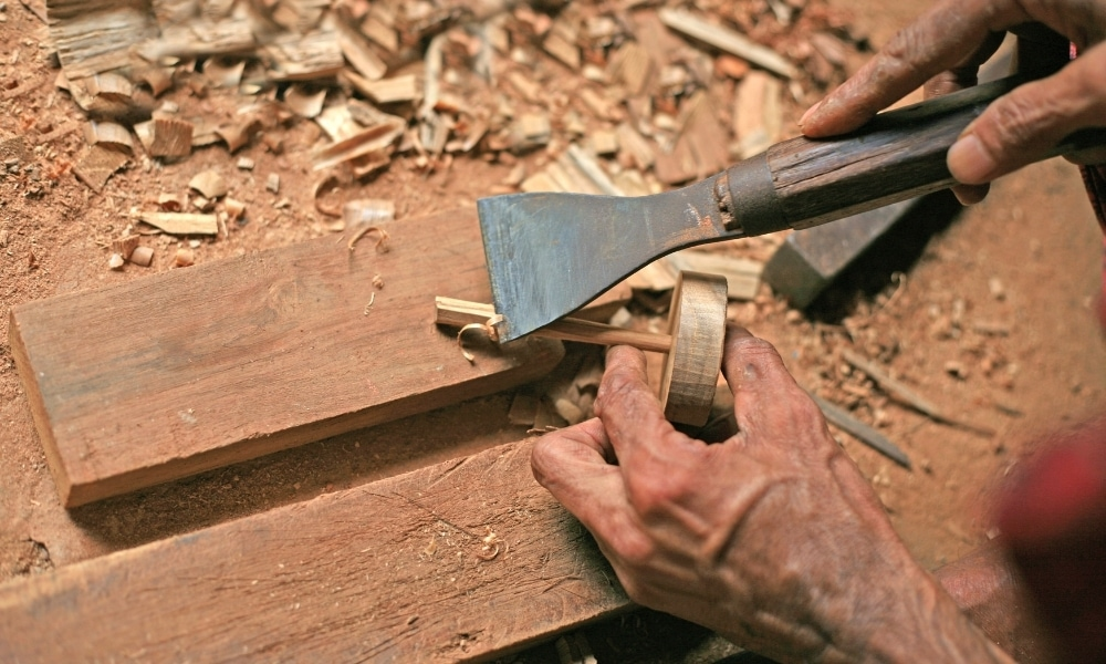Blade for scraping wood using chisel