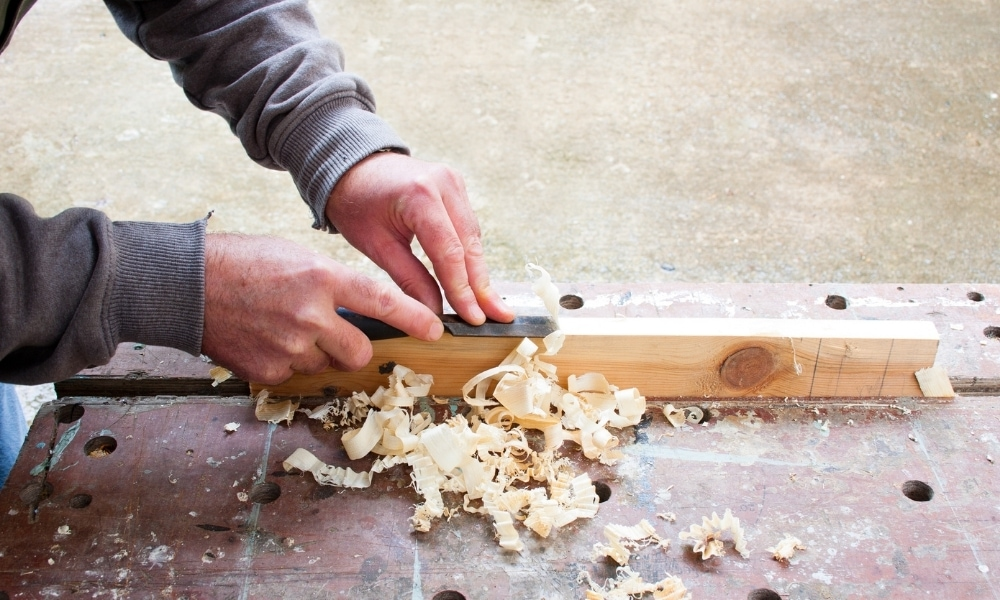 Paring thin chips of wood
