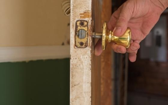 """How to remove a """"door"""" knob?"""